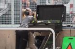 モタスポブログ | アロンソのサインボードでは女性メカニックが活躍中@F1カナダGP現地情報 1回目