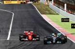 F1スペインGP決勝でベッテルを抜くハミルトン