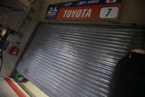 シャッターが下ろされたトヨタ7号車のガレージ