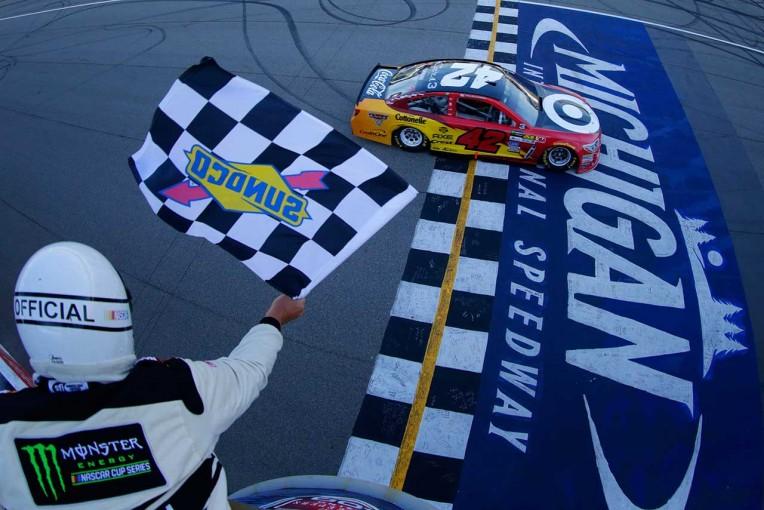 NASCAR第15戦ミシガンを制したカイル・ラーソン(シボレーSS)