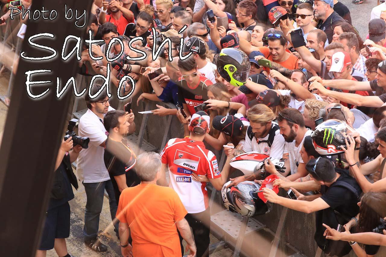 モタスポブログ   MotoGP現地トピックス:大盛り上がりのカタルーニャ。ロレンソが珍しくファンサービス?