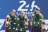 JMWモータースポーツの84号車フェラーリ488 GTEを駆り、LM-GTEアマクラス優勝を飾ったドリス・バンスール(左)、ウィル・スティーブンス(中央)、ロバート・スミス(右)