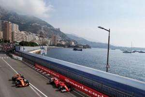 2017年モナコGP キミ・ライコネン(フェラーリ)がストフェル・バンドーン(マクラーレン・ホンダ)を周回遅れに