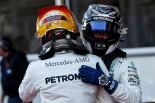 2017年F1第8戦アゼルバイジャンGP バルテリ・ボッタス、ポールポジション獲得のルイス・ハミルトンを祝福