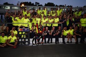 2017年F1第8戦アゼルバイジャンGP ダニエル・リカルド(レッドブル)が優勝をチームと祝う