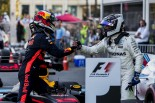 2017年F1第8戦アゼルバイジャンGP 優勝したダニエル・リカルド(レッドブル)を祝福する2位バルテリ・ボッタス(メルセデス)