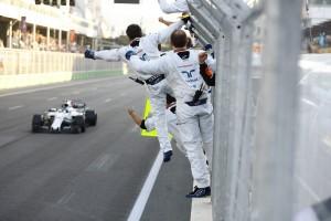 2017年第8戦アゼルバイジャンGP 初表彰台のランス・ストロール(ウイリアムズ)を祝福するチームメンバー