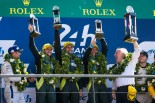 第85回ル・マン24時間レースでLM-GTEプロクラス優勝を飾ったアストンマーチン・レーシング。左からダニエル・セラ、ジョナサン・アダム、ダレン・ターナー、デイビッド・リチャーズAMR代表