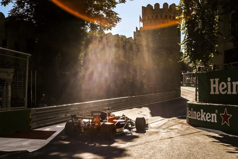F1 | 格上の車に果敢に挑んだアロンソに称賛、「自らすべてを台無しにした」ベッテルに酷評:英誌評価 F1バクー編