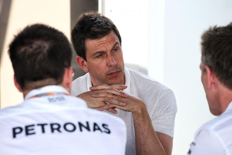 F1   メルセデス、F1撤退説を主張し続けるジョーダンに怒り。「笑えないフェイクニュース」