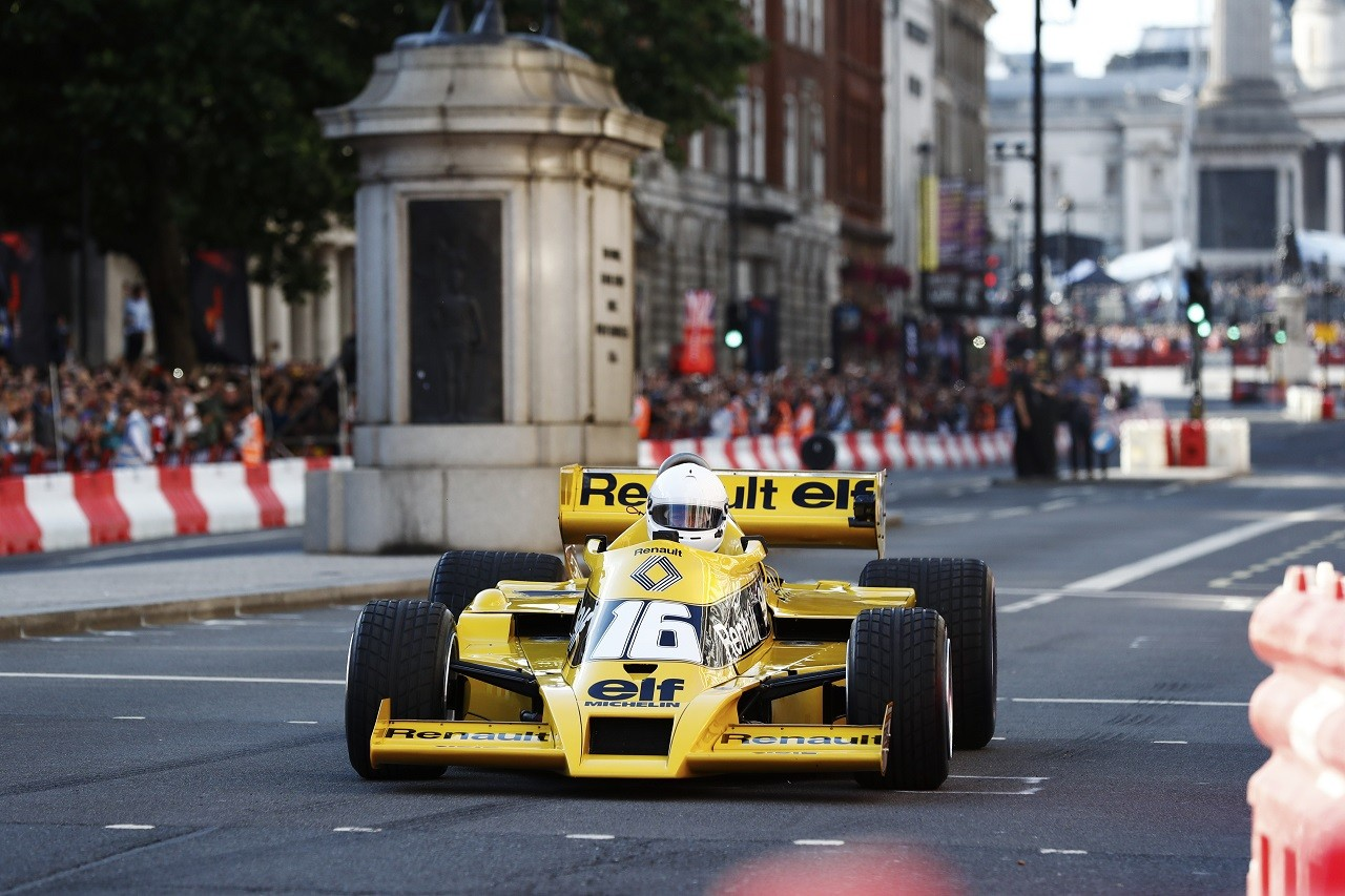 ルネ・アルヌーが1977年のルノーRS01をドライブ(2017年F1ライブ ...
