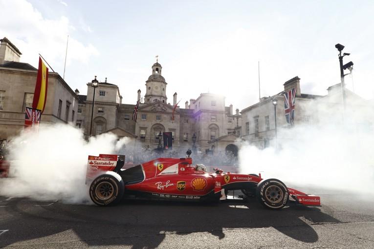 "F1   【""F1ライブ・ロンドン""動画&フォト】現役ドライバーたちが市街地でデモ走行。バトンは2シーターで登場!"