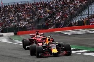 2017年F1第10戦イギリスGP レース序盤、セバスチャン・ベッテル(フェラーリ)と戦ったマックス・フェルスタッペン(レッドブル)