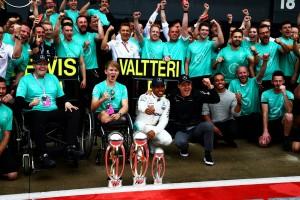 2017年F1第10戦イギリスGP ルイス・ハミルトンとバルテリ・ボッタスの1-2をメルセデスチームが祝う。ビリー・モンガーも参加