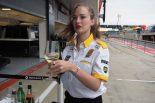 モタスポブログ | 70年代当時のレトロなウェアでレースに挑んだルノー@F1イギリスGP 現地情報2回目