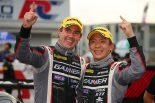 2014年シーズン以来となる優勝を手にしたGAINER TANAX AMG GT3のビヨン・ビルドハイム(左)と平中克幸(右)