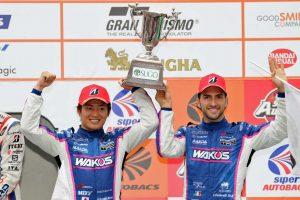 3位表彰台を獲得した大嶋和也とアンドレア・カルダレッリ