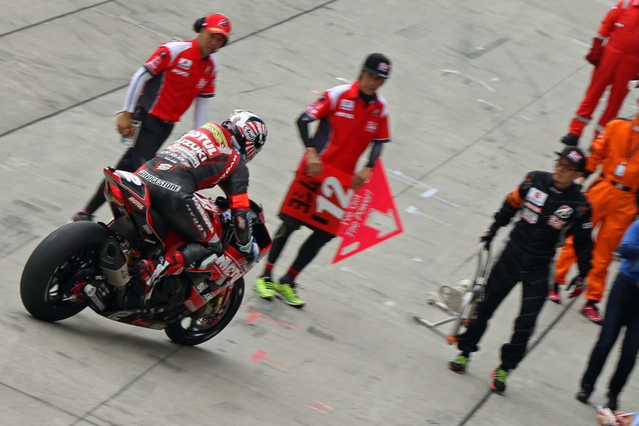 2周目で転倒しピットへと戻ったヨシムラ・スズキMOTULレーシング