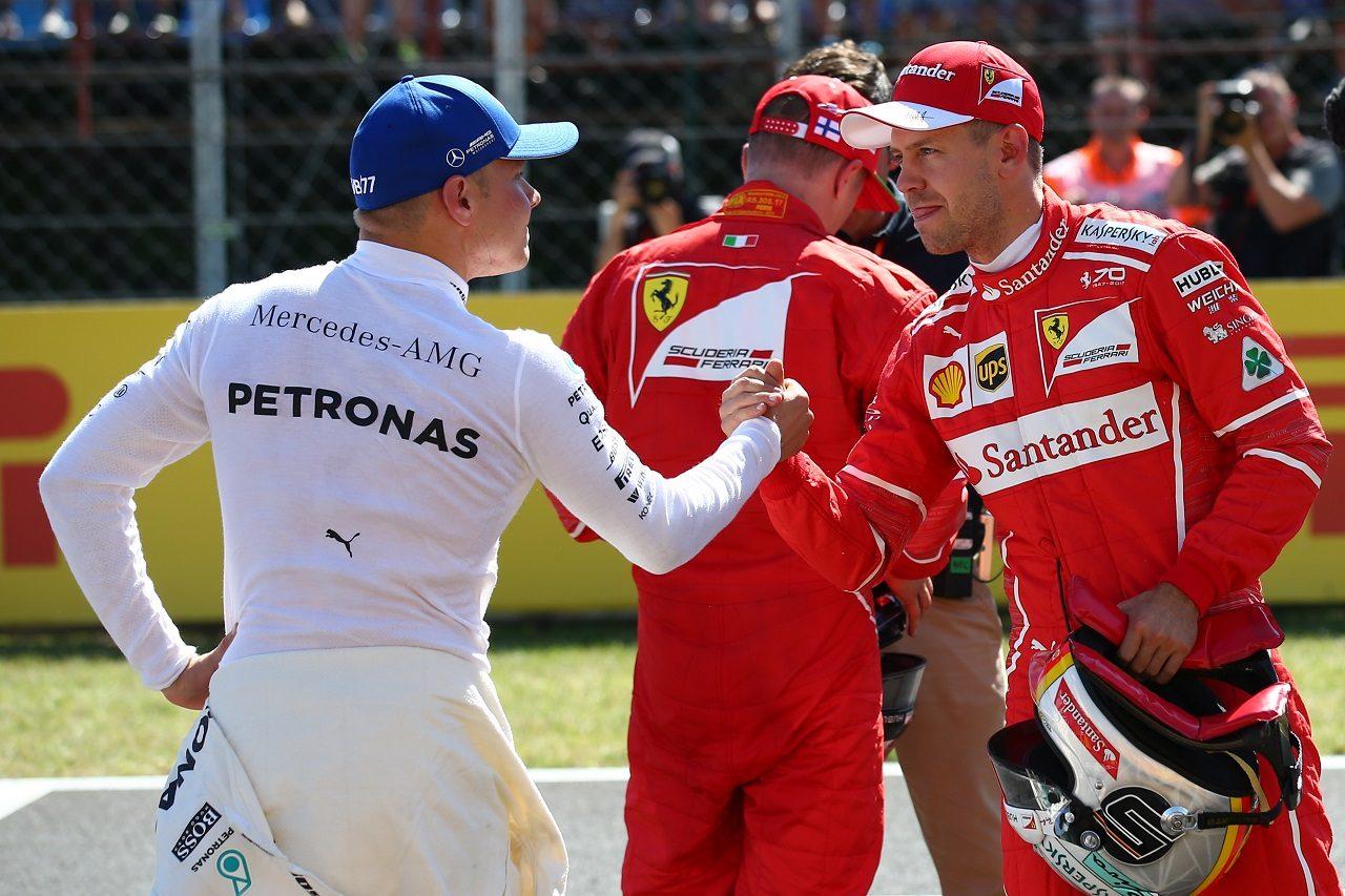 2017年F1第11戦ハンガリーGP ポールのセバスチャン・ベッテル(フェラーリ)が3位バルテリ・ボッタス(メルセデス)と握手
