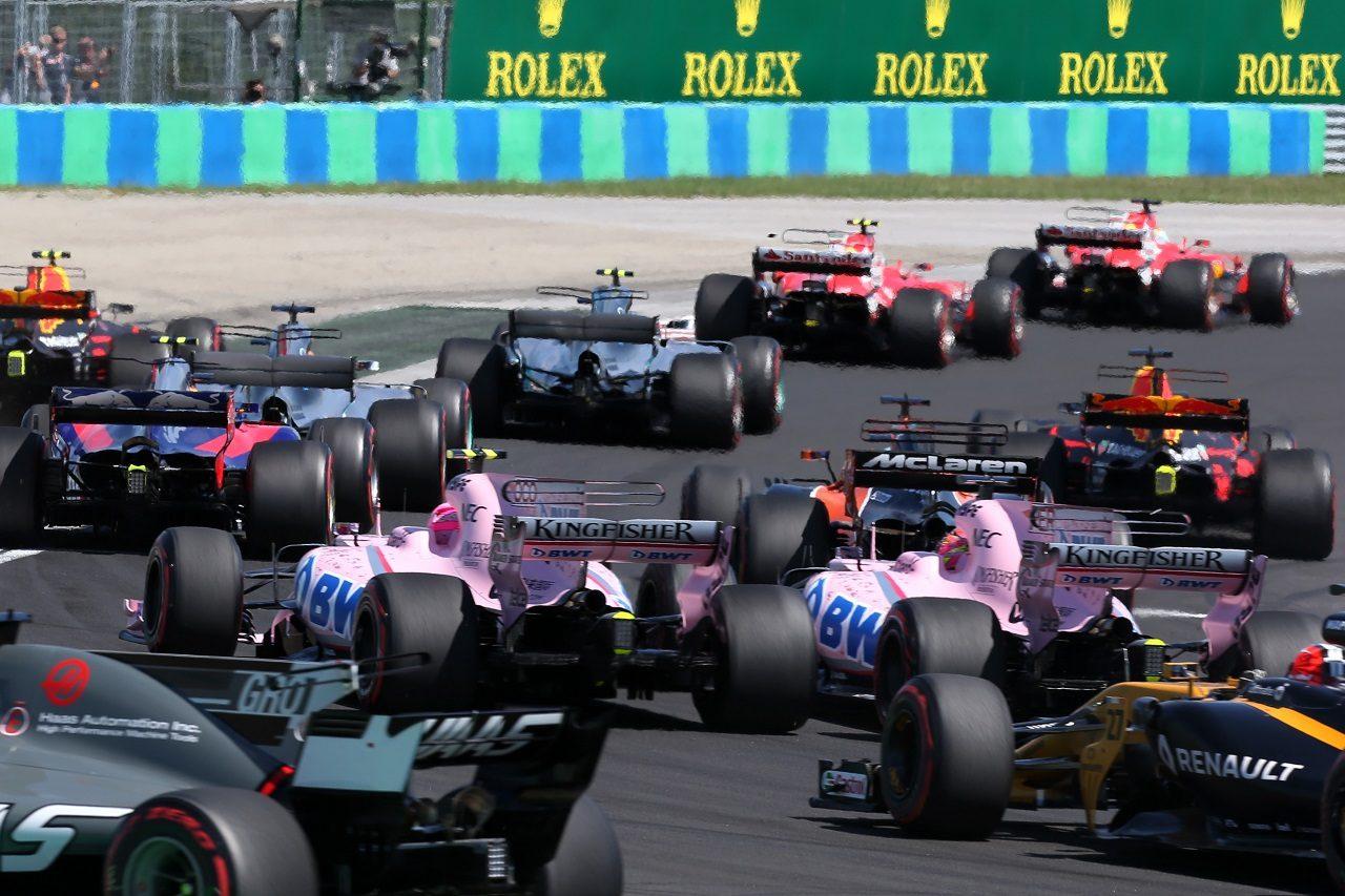 2017年F1第11戦ハンガリーGP 決勝スタート直後、セルジオ・ペレスとエステバン・オコン(フォース・インディア)がバトル