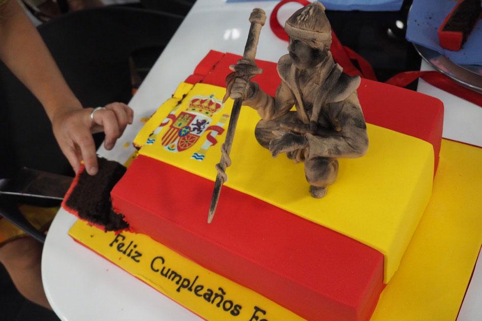 モタスポブログ | アロンソの誕生ケーキはスペイン国旗とサムライを融合させた力作@F1ハンガリーGP 現地情報2回目