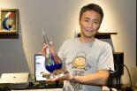 2011年にニュル24時間でクラス優勝した際のトロフィーを掲げる山内一典氏