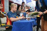 ファンにサインを行うフェリックス・ローゼンクビスト