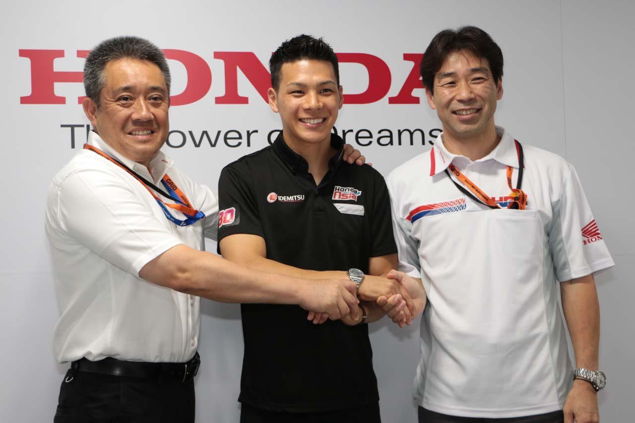 握手を交わす中上貴晶、山本雅史モータースポーツ部長、桑田哲宏ゼネラルマネージャー