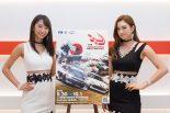 FIAインターコンチネンタル・ドリフティングカップのイメージガールを務める鈴菜さん(左)と太田麻美さん(右)
