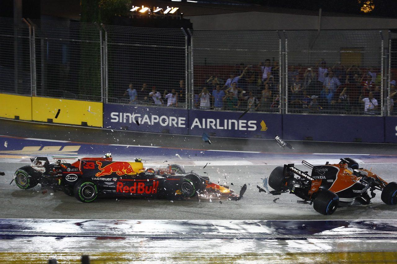 2017年F1第14戦シンガポールGP ベッテル、フェルスタッペン、ライコネンのクラッシュに巻き込まれたアロンソ