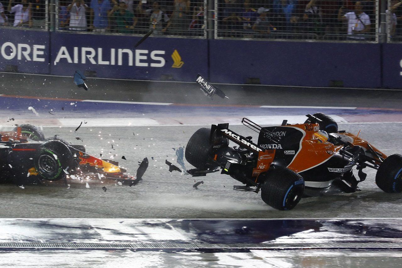 2017年F1第14戦シンガポールGP フェルナンド・アロンソ(マクラーレン・ホンダ)は、スタート直後、フェルスタッペンとライコネンのクラッシュに巻き込まれた