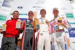 レース1で優勝したカラム・アイロット(右からふたり目)と3位となったマキシミリアン・ギュンター(右)