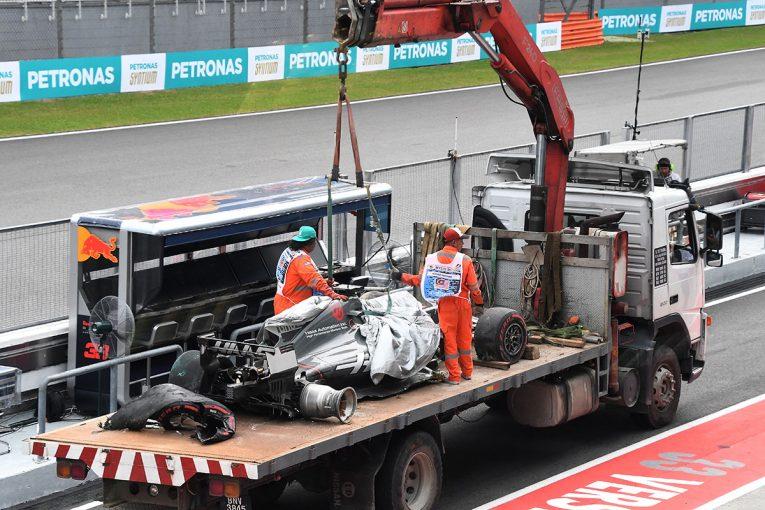 F1 | F1マレーシアGP FP2:外れた排水溝の蓋でグロージャンが大クラッシュ、赤旗のままセッション終了