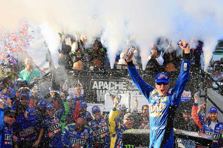 海外レース他   NASCAR第29戦:カイル・ブッシュが残り2周で逆転連勝。トヨタ、プレーオフ3連勝