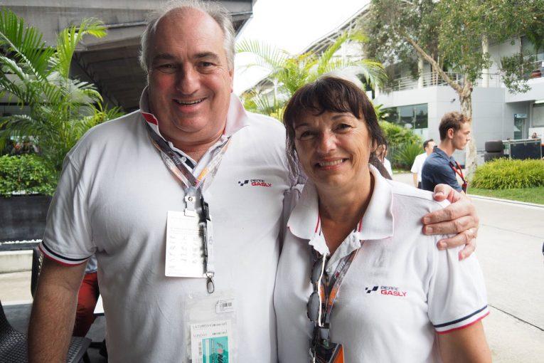 F1   【あなたは何しに?】F1デビューを果たしたピエール・ガスリーに両親も応援団を引き連れ大はりきり