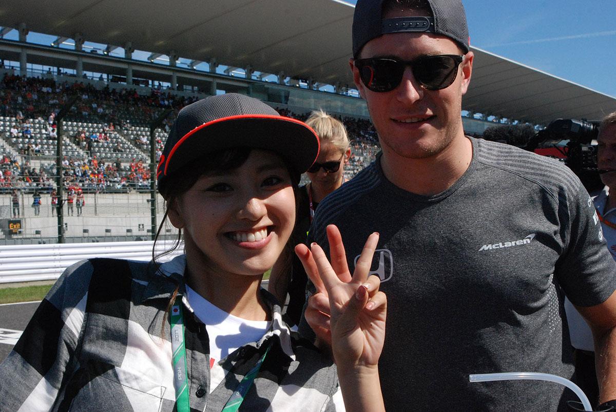 モタスポブログ   パレード後にストッフとツーショット/笠原美香の『F1日本グランプリにやってきた!ョ』 Part 5