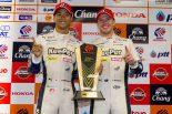 GT500クラスで優勝したKeePer TOM'S LC500の平川亮/ニック・キャシディ