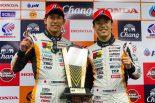 GT300クラスで優勝したJMS P.MU LMcorsa RC F GT3の中山雄一と坪井翔