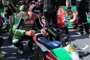 MotoGPライダーたちはレース後に各々のマシンにサインをした