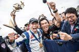 レッドブル・エアレースでチャンピオンを獲得した室屋義秀(左)と第101回インディ500ウイナーの佐藤琢磨(右)