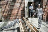 旧メルボルン監獄に入っているアレックス・リンスとジャック・ミラー