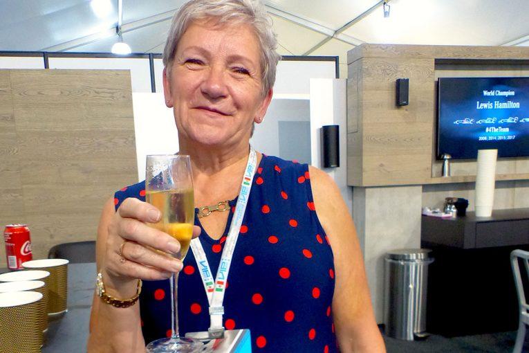 F1 | 【あなたは何しに?】特別な思いでハミルトンのF1タイトル獲得を祝った実母とマネージャー