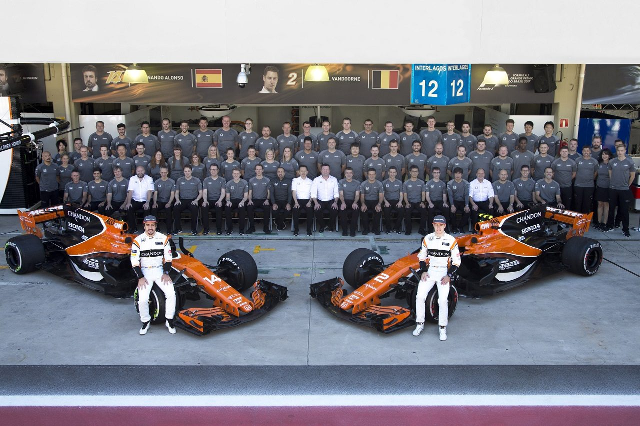 2017年F1第19戦ブラジルGP マクラーレン・ホンダが記念撮影