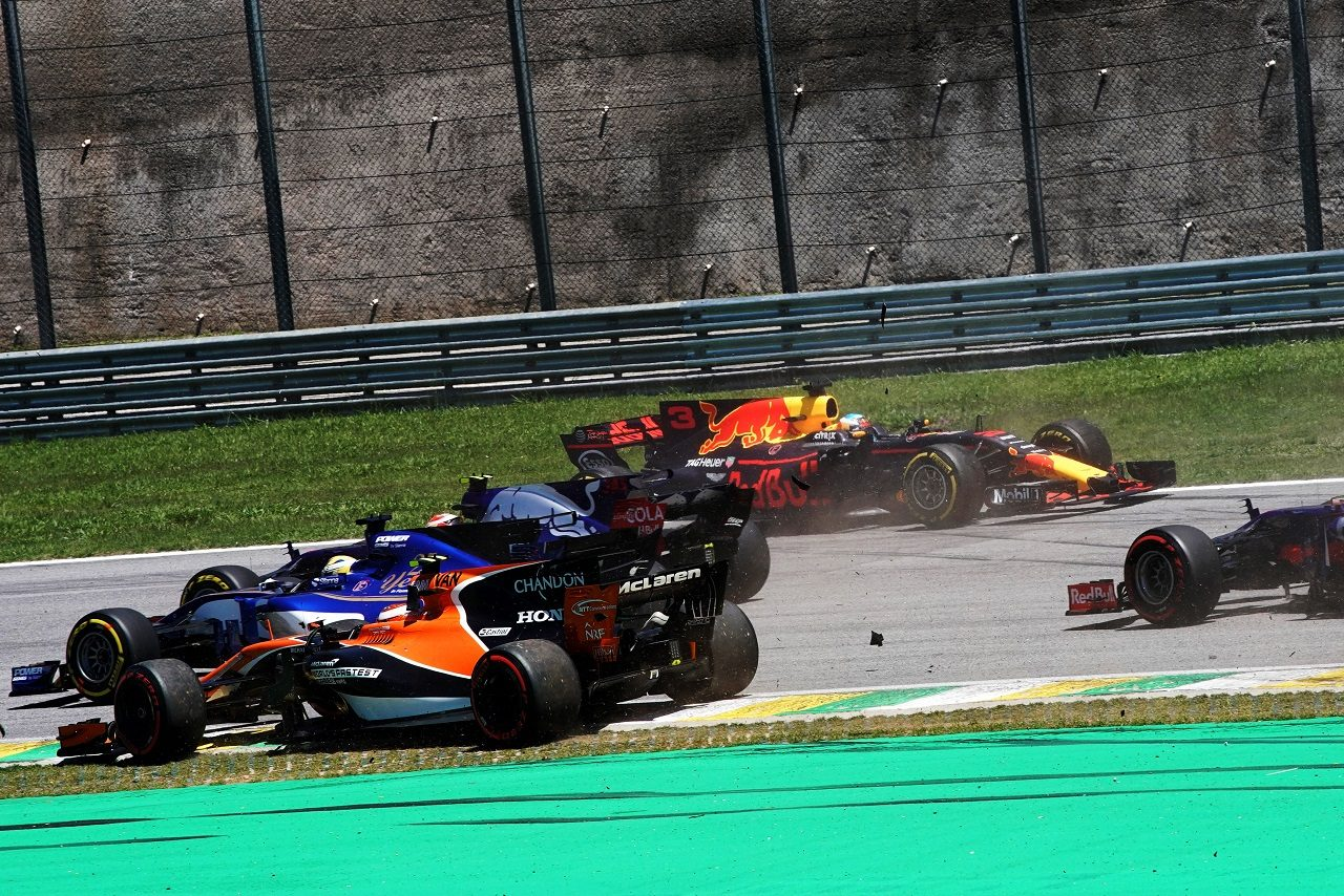 2017年F1第19戦ブラジルGP決勝スタート直後、マグヌッセン、バンドーン、リカルドが接触