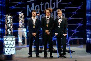 Moto2クラスチャンピオンのモルビデリ(中央)、ランキング2位のルティ(右)、ランキング3位のオリベイラ(左)