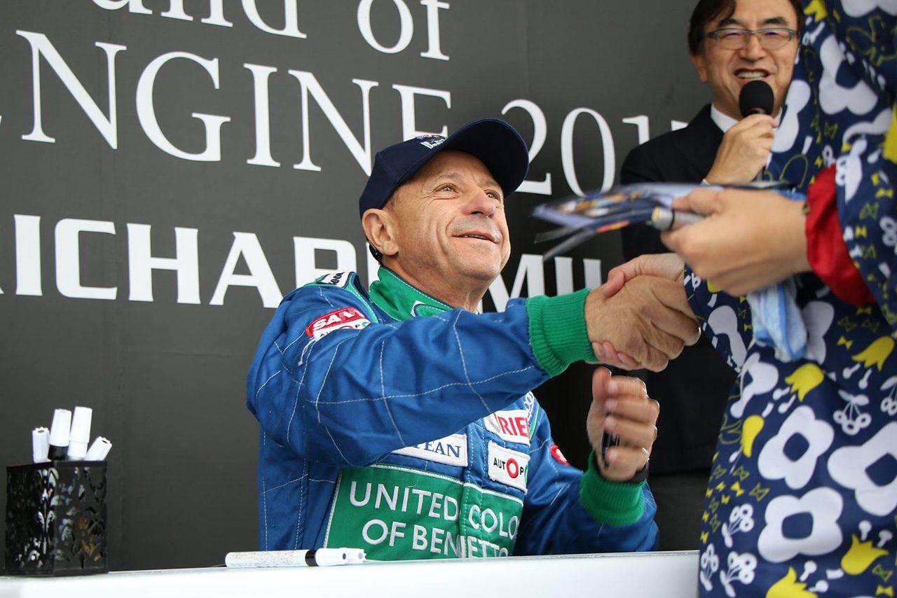 ファンにサインを行うロベルト・モレノ