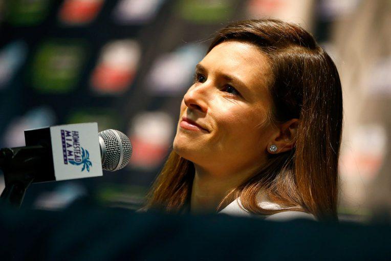 海外レース他   インディカー初の女性ウイナー、ダニカ・パトリック。2018年のデイトナ500とインディ500に参戦し現役引退へ