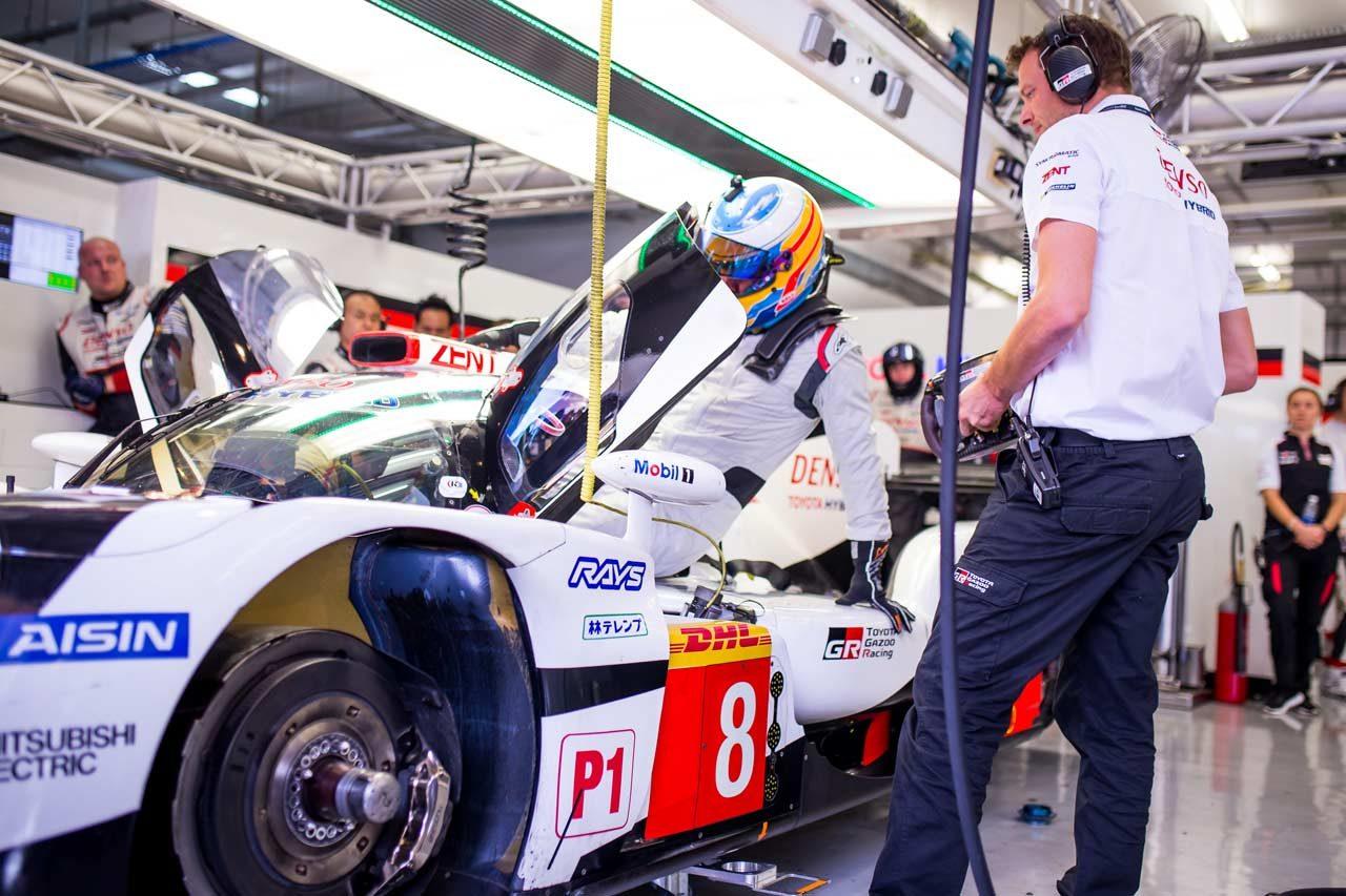 WECルーキーテストで8号車トヨタTS050ハイブリッドに乗り込むフェルナンド・アロンソ