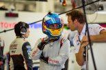 トヨタのチームスタッフと言葉をかわすフェルナンド・アロンソ