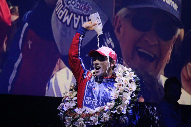 海外レース他 | 歓喜の牛乳を完全再現。佐藤琢磨、オフ恒例イベントでインディ500制覇をファンに直接報告